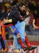 幻灯:西班牙胜葡萄牙队员庆祝 卡西熊抱比利亚