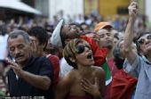 幻灯:葡萄牙本土球迷关注比赛 美女为失利惋惜