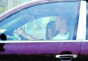 """日前,马琳驾驶保时捷与一位文了""""M""""字母的女性友人交谈甚欢。"""
