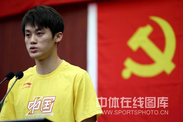 图文:蹦床队庆祝建党89周年 陆春龙发言