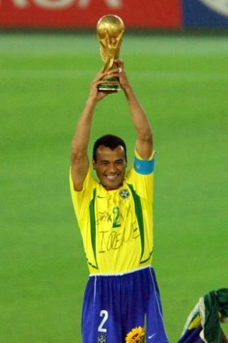 2002年卡福以队长身份举起大力神杯