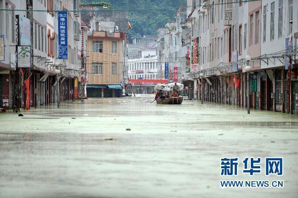 广西凌云县遭300年一遇暴雨 道路被洪水淹没