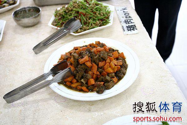 图文:[中超]揭秘河南建业食堂 各种自助餐