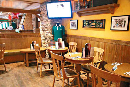 酒吧以浅木色作主色,带来舒服宽敞的感觉。