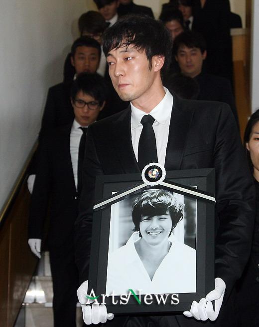 朴龙河出殡好友苏志燮手捧遗像 数百人落泪送别图片