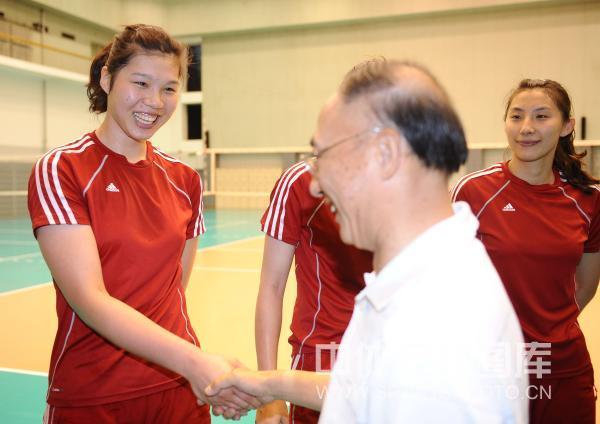 刘鹏局长与女排队员徐云丽握手