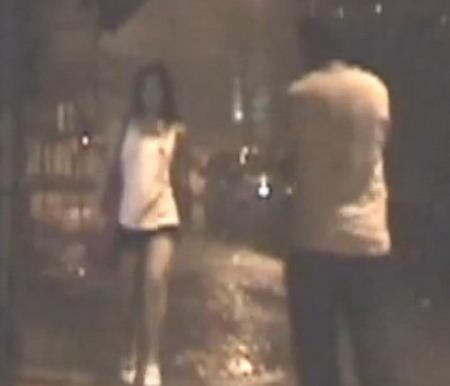 影片中曾丽仪走在街上,路人从对面过来。