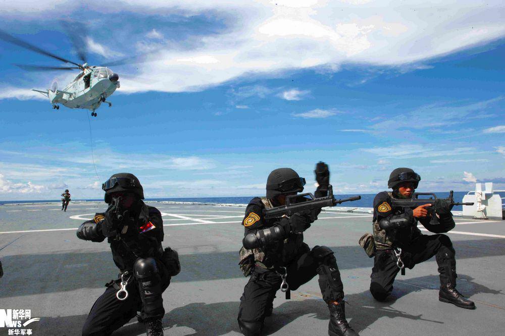 护航/特战队员索降后立即进入射击状态 张鑫鑫 摄