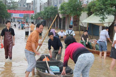 """原来的福银高速罗针镇出口,几乎变成了灾民船只进进出出的""""临时码头"""""""