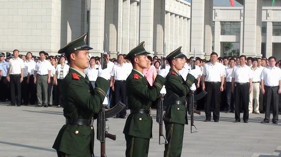 七一,宁夏武警向国旗敬礼