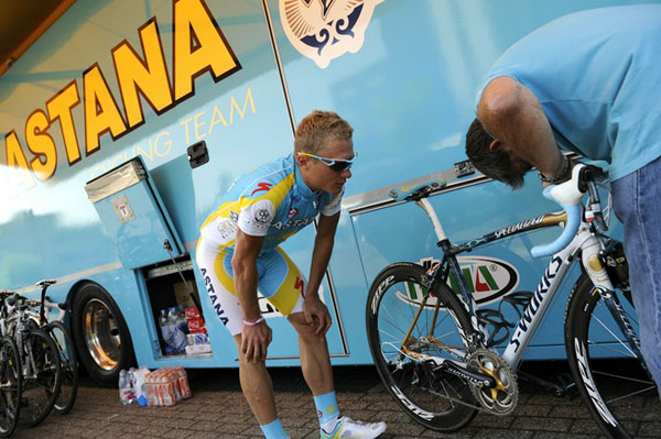 图文:2010环法赛前训练 维诺库罗夫调整赛车
