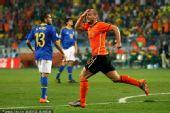 幻灯:1/4决赛荷兰VS巴西 斯内德头球接力破门