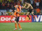 高清图:荷兰庆祝晋级四强 功臣斯内德屡被抱起