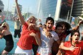 幻灯:荷兰进世界杯四强 本土球迷湿身兴奋庆祝