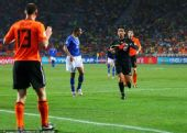 幻灯:裁判错把红牌当黄牌 吓坏荷兰后卫奥耶尔
