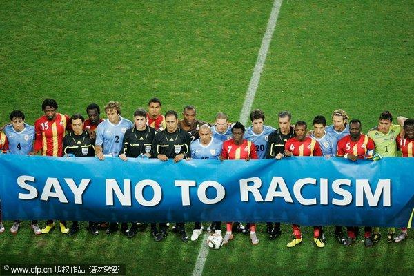 队员赛前展示反种族歧视标语