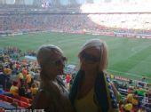 幻灯:希尔顿观世界杯发微博 与美女合影拜下风