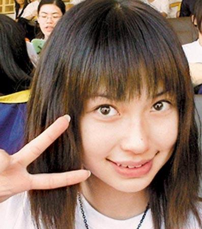 双眼皮比以牙套妹时期明显,上唇变薄,下唇依旧肥厚.图片