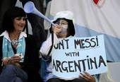 高清图:球迷预热阿德大战 球迷举标语支持梅西
