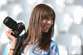 高清图:球迷助阵阿德战 美女手持相机笑容迷人
