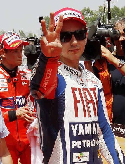 图文:MotoGP加泰罗尼亚站排位 洛伦佐手势