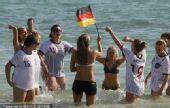 幻灯:德国球迷庆祝球队大胜 比基尼美女秀狂野