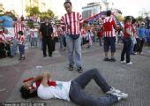 幻灯:巴拉圭球迷本土观战 球队被淘汰倒地痛哭