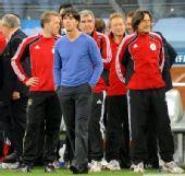 幻灯:德国取胜有玄机 勒夫的蓝色毛衣带来幸运
