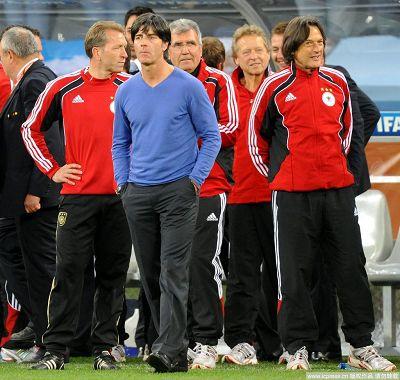 图文:德国取胜有玄机 万红丛中一点蓝