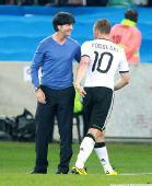 图文:德国取胜有玄机 和波多尔斯基握手