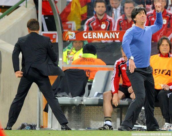 图文:德国取胜有玄机 勒夫手舞足蹈