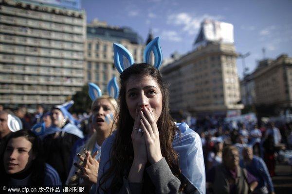 阿根廷本土球迷关注德阿大战 兔女郎伤心