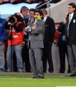 幻灯:阿根廷队连吞四弹 老马表情难看脸泛绿光