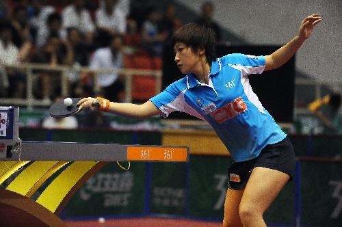 刘诗雯比赛中回球