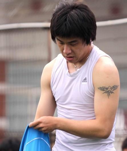 盘点纹身秀:zz中国小贝痴情男 一人狼性足 _幻灯_;; 狼纹身图案大全