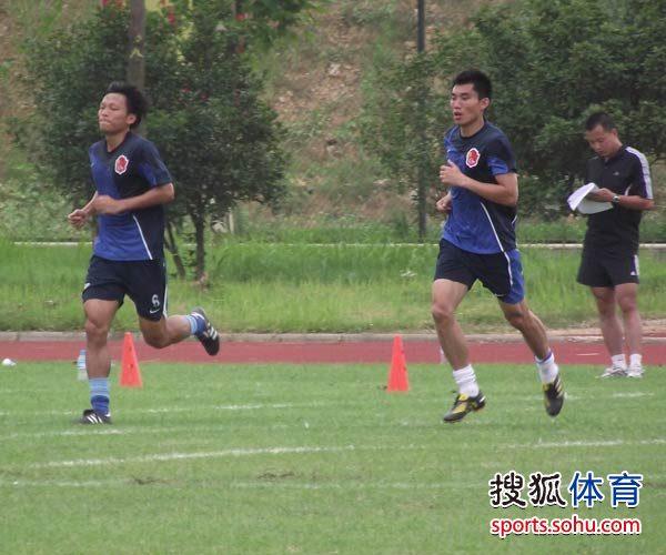 郑智轻松跑步