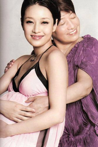 马伊�P和妈妈微笑拥抱