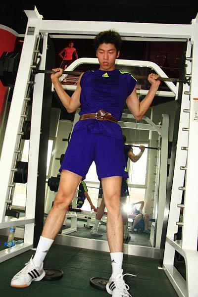 图文:中国男排进行体能训练 沈琼认真练习