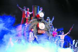 日前,由总政歌舞团创排的大型舞剧《铁道游击队》首次向媒体展示部分演出片段。这也是红色经典文学名著《铁道游击队》首次以舞剧形式再现。