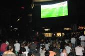 高清图:国内球迷看世界杯战高温 半裸席地看球