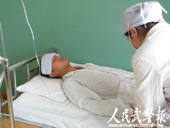 武警黑龙江总队医院护士在为王明输液 图片来源:人民武警报