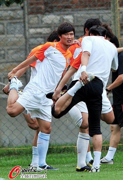 图文:[中超]鲁能归国后首练 刘金东刻苦训练
