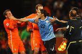 高清图:乌拉圭不满判罚爆发冲突 群星赛后群殴