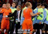 图文:荷兰队胜乌拉圭进决赛 塔巴雷斯劝开双方