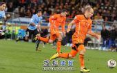 图文:荷兰队胜乌拉圭进决赛 罗本突破