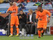 图文:荷兰队胜乌拉圭进决赛 罗本与主教练拥抱