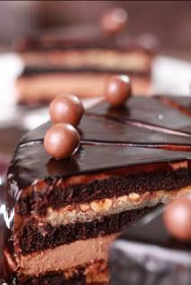 特色甜品有 Valrhona 杏仁朱古力、云呢拿蛋糕杯、碎朱古力燕麦曲奇,以及配以花生酱、棉花糖及牛奶朱古力的「S'More」