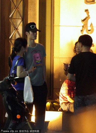 王励勤与家人聚餐后走出酒店