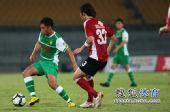 图文:[中超]北京3-0辽足 王长庆突破李铁