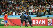 图文:西班牙战德国有趣一幕 球迷冲进场被抓出